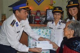 Bộ Tư lệnh Vùng Cảnh sát biển 2 trao quà phụng dưỡng Mẹ Việt Nam anh hùng