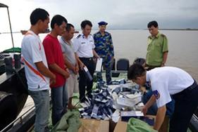 Cảnh sát biển Việt Nam bắt giữ xuồng cao tốc vận chuyển hơn 80.000 bao thuốc lá nhập lậu trên biển