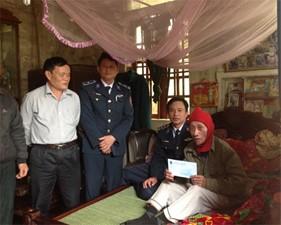 Hải Đội 102, BTL Vùng Cảnh sát biển 1 thăm, chúc Tết các gia đình có hoàn cảnh khó khăn tại địa phương nơi đơn vị đóng quân