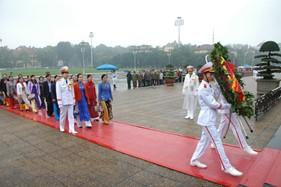 Hội LHPN phường Nguyễn Trãi và Hội PNCS BTL Cảnh sát biển phối kết hợp tổ chức báo công tại Lăng Chủ tịch Hồ Chí Minh