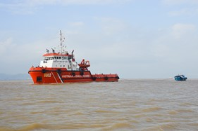 Tàu CSB 9002 cứu hộ tàu kéo ĐNa 0494 bị nạn trên vùng biển Quảng Trị