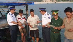 BTL Vùng Cảnh sát biển 1 tuyên truyền phổ biến pháp luật và giúp đỡ nhân dân khắc phục hậu quả mưa lũ