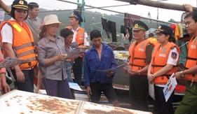 Phòng PCTP ma tuý Cảnh sát biển tổ chức tuyên truyền cho bà con ngư dân tại Tp. Móng Cái, tỉnh Quảng Ninh