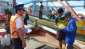 Cụm Trinh sát số 2 phối hợp tuyên truyền phổ biến giáo dục pháp luật cho ngư dân