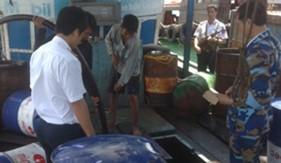 Phòng Trinh sát/BTL Cảnh sát biển bắt tàu vận chuyển trái phép dầu và nhớt trên biển