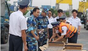 Cảnh sát biển Việt Nam bắt giữ tàu vận chuyển trên 82.500 bao thuốc lá lậu