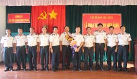 Đảng ủy Vùng Cảnh sát biển 4 trao tặng Huy hiệu 30 năm tuổi đảng