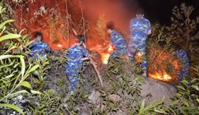 Cán bộ, chiến sĩ BTL Vùng CSB 4 tham gia dập lửa cứu rừng phòng hộ Phú Quốc