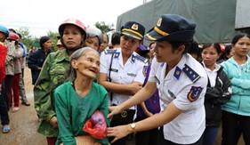 Phụ nữ khối cơ quan BTL Cảnh sát biển tham gia ủng hộ các gia đình bị thiệt hại do lũ lụt tại Hà Tĩnh