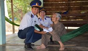 BTL Vùng Cảnh sát biển 4 thăm, tặng quà tết các gia đình chính sách tại huyện đảo Phú Quốc