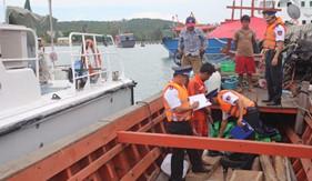 BTL Vùng CSB 4 bắt tàu chở gỗ trái phép