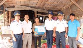 Cụm Trinh sát số 2 thăm, tặng quà cho các gia đình chính sách, gia đình khó khăn trên địa bàn đóng quân