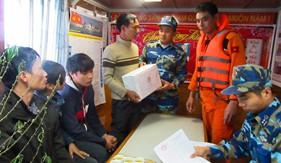 BTL Vùng Cảnh sát biển 1 bàn giao các thuyền viên tàu Bạch Đằng 06 bị nạn trên biển