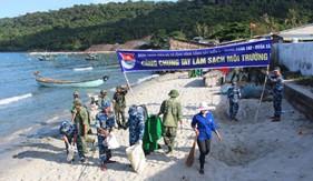 """Tuổi trẻ Hải đội 401 phối hợp tổ chức hoạt động """"Chung tay làm sạch môi trường biển"""""""