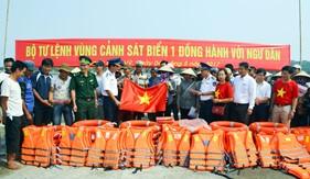 """BTL Vùng Cảnh sát biển 1 """"đồng hành với ngư dân"""" Bạch Long Vĩ"""