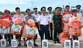 """Hải đội 402 - BTL Vùng Cảnh sát biển 4 """"Đồng hành với ngư dân"""""""