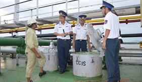 BTL Vùng CSB 3 bắt giữ tàu chở dầu nước ngoài bán dầu trái phép cho tàu cá cải hoán của Việt Nam