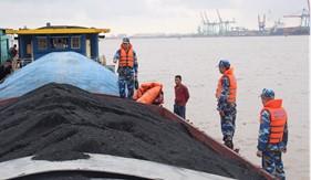 Cụm Trinh sát số 1 bắt giữ tàu vận chuyển hơn 600 tấn than bất hợp pháp
