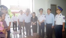BTL Vùng Cảnh sát biển 1 và Ban Tuyên giáo Thành ủy Hải phòng tổ chức thăm hỏi, động viên, tặng quà gia đình liệt sĩ Phạm Văn Huy
