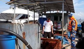 Cảnh sát biển tạm giữ hai tàu dầu vi phạm