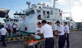 Tàu CSB 6002 cấp cứu bệnh nhân bị đau nặng trở về đất liền