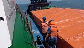 BTL Vùng Cảnh sát biển 4 bắt giữ sà lan vận chuyển hơn 50 tấn phân ure trái phép