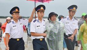 BTL Vùng Cảnh sát biển 2 phối hợp bàn giao ngư dân bị nạn và tử nạn cho gia đình, địa phương