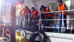 Tàu CSB 4036 giúp dân khắc phục tàu cá bị sự cố trên biển