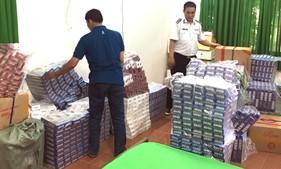 Cụm Trinh sát số 2 bắt giữ xuồng vận chuyển 17.500 bao thuốc lá nhập lậu.
