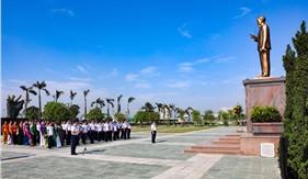 Dâng hoa, dâng hương tưởng nhớ Chủ tịch Hồ Chí Minh