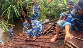 Hải đội 102 giúp dân khắc phục hậu quả cơn bão số 3