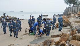 Tuổi trẻ BTL Vùng Cảnh sát biển 3 tham gia làm sạch môi trường biển