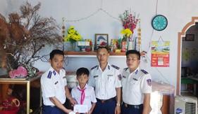 Hải đội 201 tặng quà các cháu học sinh nghèo vượt khó