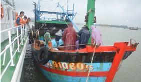 Tàu CSB 2012 cứu nạn thành công tàu cá ĐNA 91060 cùng 10 thuyền viên