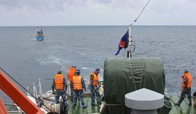 Tàu CSB 4037 cứu nạn thành công tàu cá ĐNa 90917TS cùng 8 thuyền viên