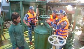 Bộ Tư lệnh Vùng Cảnh sát biển 4 bắt giữ 2 tàu sang mạn dầu trái phép trên biển
