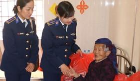 Phụ nữ Trung tâm Đào tạo & bồi dưỡng nghiệp vụ Cảnh sát biển phối hợp tặng quà tại huyện Ba Vì