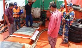 BTL Vùng Cảnh sát biển 4 bắt giữ tàu vận chuyển khoảng 100.000 lít dầu DO trái phép