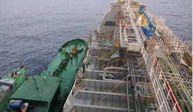 Bắt giữ tàu sang mạn dầu trái phép