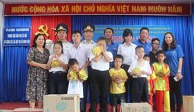 Hải đoàn 32 phối hợp tặng quà Trung tâm Bảo trợ xã hội và Công tác xã hội thị xã Ninh Hòa