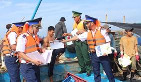 Đoàn Trinh sát số 1 phối hợp tuyên truyền pháp luật cho ngư dân làm ăn trên biển