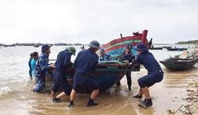 Cảnh sát biển tham gia giúp dân chống bão số 2 tại đảo Bạch Long Vĩ
