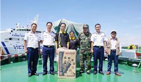 Cán bộ, chiến sĩ tàu CSB 2014, tàu CSB 4032 tiếp nhận quà tặng của các tổ chức chính trị, xã hội trên địa bàn đóng quân