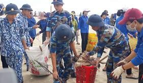 Hải đội 102 chung tay làm sạch môi trường biển