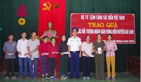 Hải đội 202 trao quà cho nhân dân vùng biển huyện Gio Linh, tỉnh Quảng Trị