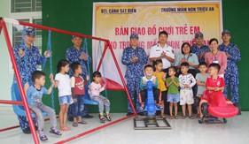 Hải đội 202 bàn giao đồ chơi trẻ em cho Trường mầm non xã Triệu An