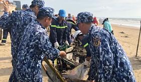 Tuổi trẻ BTL Vùng Cảnh sát biển 3 tham gia làm sạch bãi biển Vũng Tàu