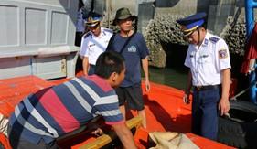 Bộ Tư lệnh Vùng Cảnh sát biển 3 bắt giữ tàu vận chuyển dầu DO trái phép