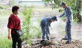 Trung tâm Đào tạo và bồi dưỡng nghiệp vụ Cảnh sát biển phối hợp phòng chống dịch bệnh sốt xuất huyết tại phường Kiến Hưng