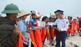 Bộ Tư lệnh Vùng Cảnh sát biển 1 phối hợp tuyên truyền Luật Cảnh sát biển Việt Nam và tặng quà cho ngư dân nghèo tại Quảng Bình